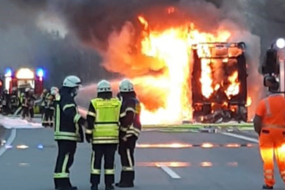 Mitten auf der A6: Reisebus steht lichterloh in Flammen