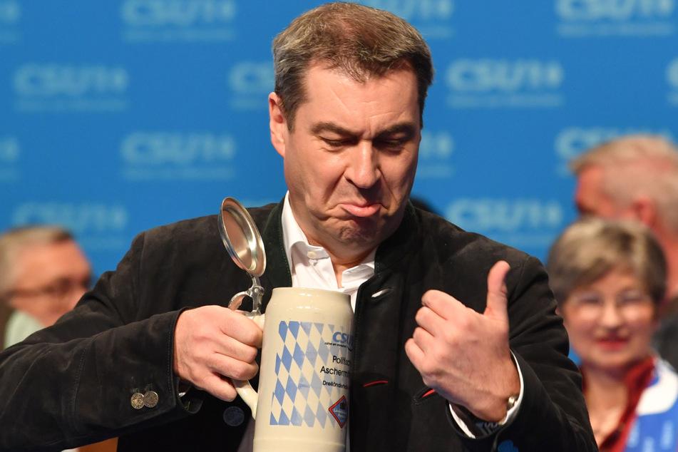 Markus Söder (54), CSU-Vorsitzender und Ministerpräsident aus Bayern, trinkt beim Politischen Aschermittwoch 2020 der CSU ein Bier.