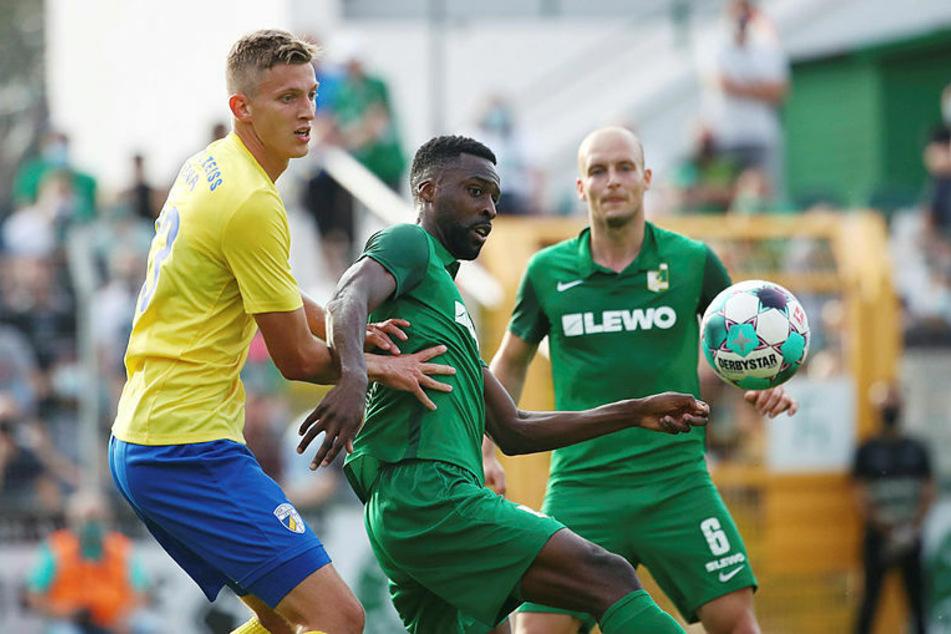 Stephané Mvibudulu (M.) hatte mehrere gute Gelegenheiten zu einem Tor in Durchgang eins.
