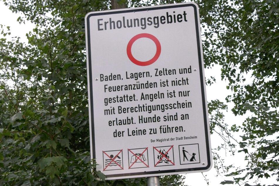 Das Foto zeigt eines von mindestens zwei unmissverständlichen Verbotsschildern am Niederwaldsee bei Zwingenberg.