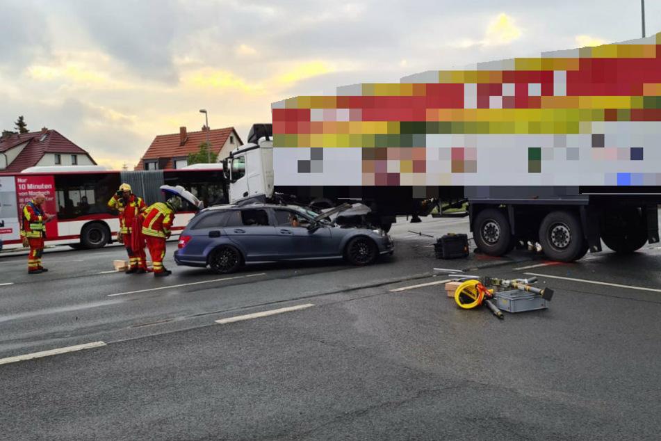 Der 22-Jährige rutschte mit seinem Auto unter den Laster.