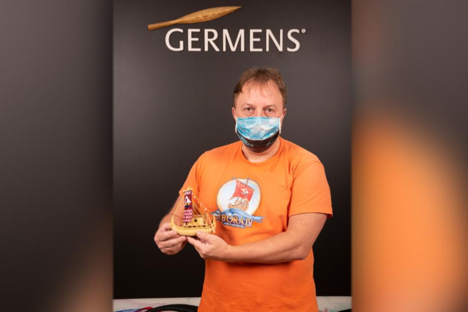 Abenteurer Dominique Görlitz mit einem Abora-Modell (53)