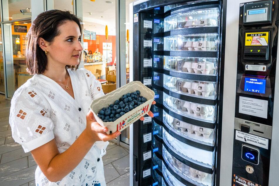 Reporterin Isabel Möller (24) gönnt sich Heidelbeeren (6 Euro für 300 Gramm) aus dem Lebensmittelautomaten.