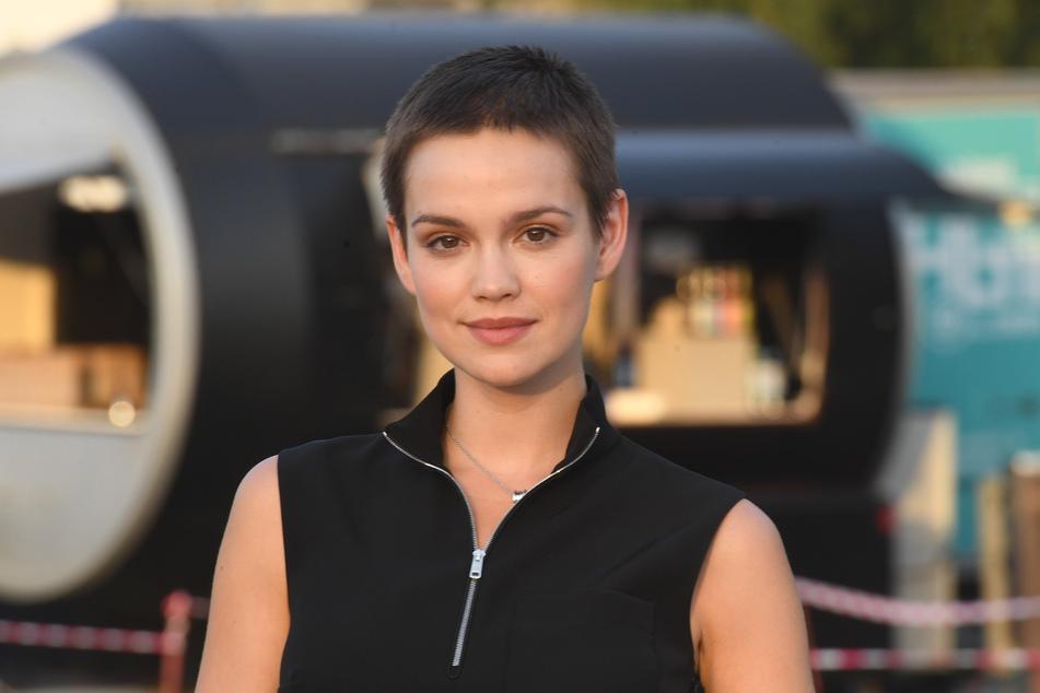 """Schauspielerin Emilia Schüle (28) spielt in der """"Ku'Damm""""-Saga Eva Schöllack, die sich gegen ihren gewalttätigen Ehemann durchsetzen muss."""