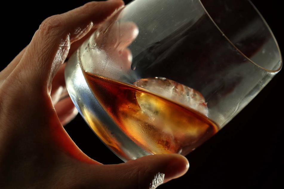 Erste Studien zeigten, dass der Alkoholkonsum während des Lockdowns im März 2020 zugenommen habe, nicht nur in Hessen, sondern bundesweit (Symbolbild).