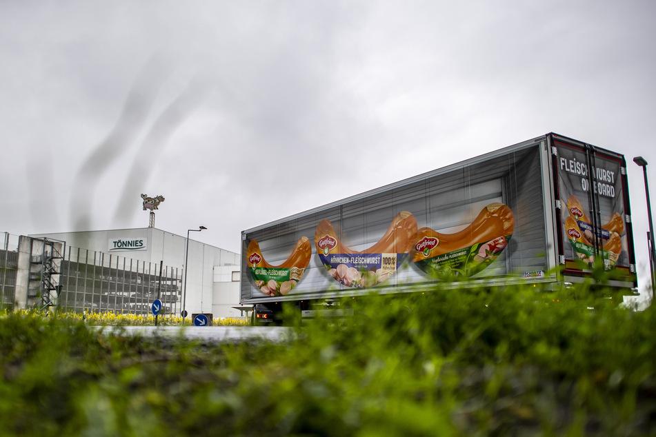 Ein Lastwagen fährt auf das Betriebsgelände der Firma Tönnies.
