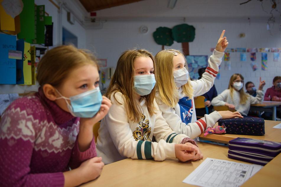 Nach den Herbstferien gilt Maskenpflicht an Sachsens Schulen. Ab 8. November soll sie dann weitgehend entfallen.