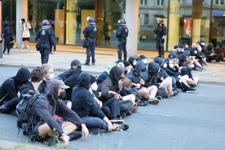 Die nächste Sitzblockade zwang die Bürgerbewegung auf Höhe der Oper zum Anhalten.