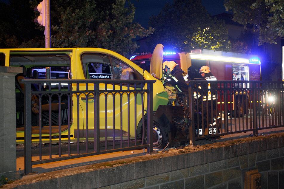 Der gelbe Opel-Transporter kam erst auf dem Fußweg der Brücke über der Gottleuba zum Stehen.
