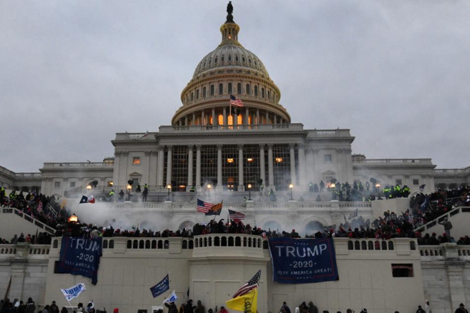 Unterstützer von US-Präsident Trump stürmten am 6. Januar das Kapitolgebäude, wo die Abgeordneten den Sieg des gewählten Präsidenten Biden für die Präsidentschaftswahlen im November bestätigen sollten.