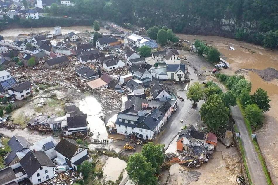 Zerstörte Gebäude, braune Wassermassen: Das rheinland-pfälzische Schuld sieht heute so aus wie Weesenstein vor 19 Jahren.