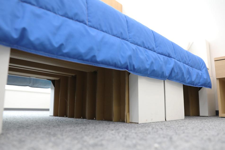Die Bett-Konstruktion besteht zum Teil aus Pappe.