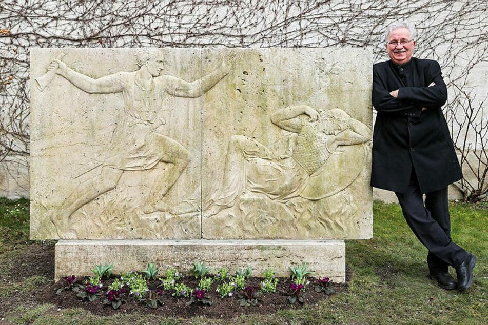 Helmut Loos lehnt an zwei Platten des in den 1930er-Jahren geplanten Wagner-Denkmals.