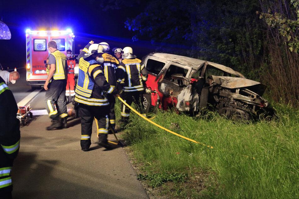 Identität nicht ermittelt: Person stirbt nach Baum-Crash in brennendem Auto