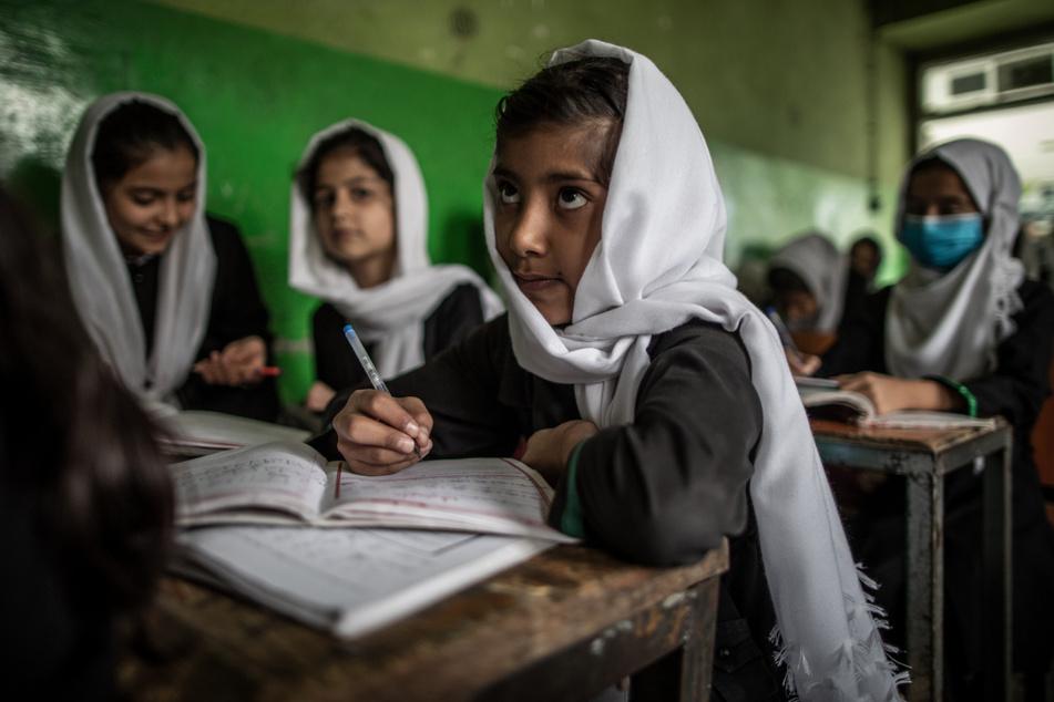 Junge afghanische Mädchen besuchen den Unterricht in einer Grundschule in Kabul.