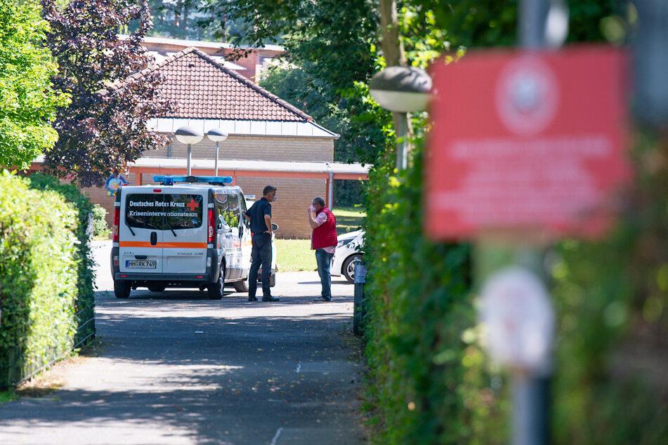 Rettungskräfte stehen vor der Schule in Hamburg-Iserbrook.