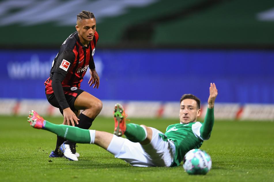 Eintracht Frankfurts Tuta (l.) im Zweikampf mit Kevin Möhwald vom SV Werder Bremen.