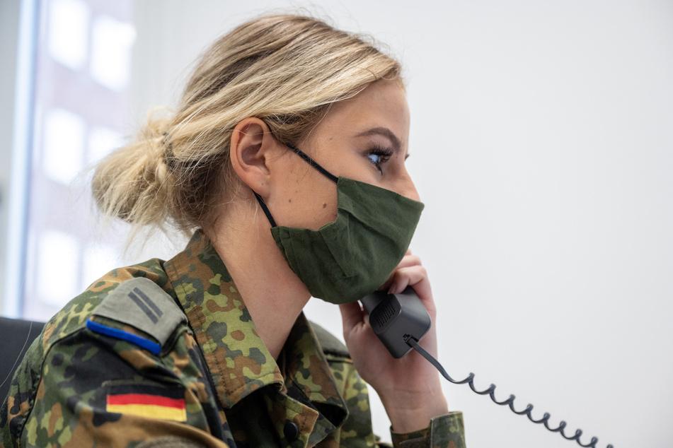 Viele Soldaten helfen den Gesundheitsämtern bei der Kontaktverfolgung.