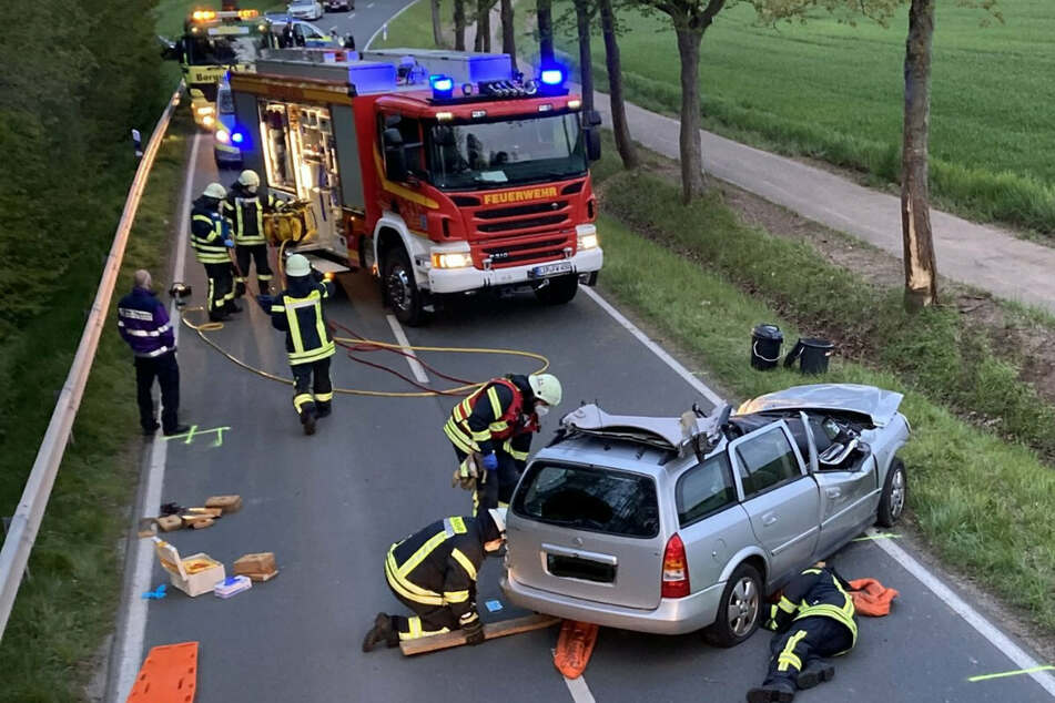 Tragischer Unfall: Opel kracht gegen Baum - Fahrer tot