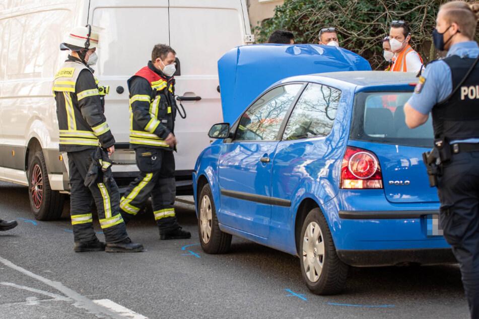 VW kracht in stehenden Transporter: Kleinkind muss reanimiert werden