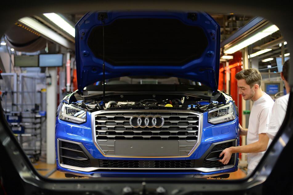 Audi Mitarbeiter arbeiten im Werk von Ingolstadt.