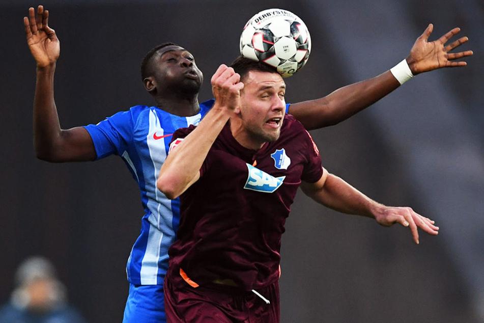 Hoffenheims Adam Szalai hatte gegen Herthas Derrick Luckassen einen schweren Stand.
