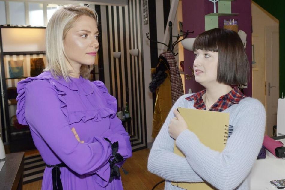 Sunny (l.) ist der von Emily besessenen Karla (r.) ein Dorn im Auge.