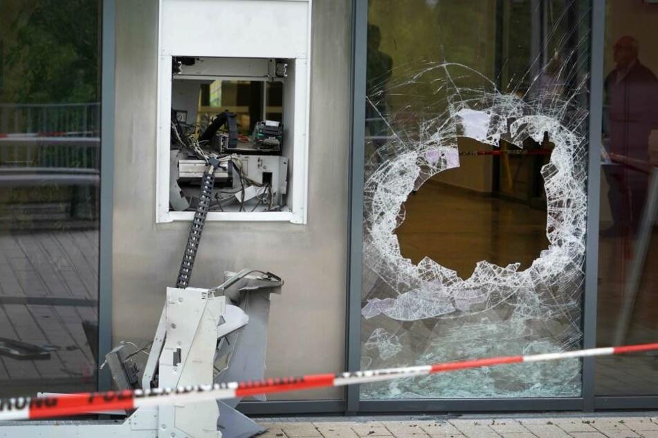 Ein gesprengter Automat einer Bank.