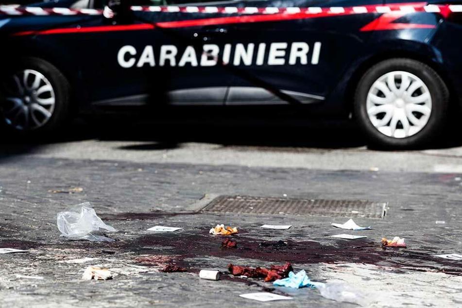 Ein Auto der Carabinieri, der italienischen Polizei, steht in der Nähe eines Tatorts an dem ein Polizist in der Nacht zu Freitag ums Leben kam.