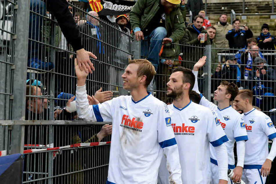 Nach Abpfiff hatten Fans und Mannschaft einiges zu feiern.