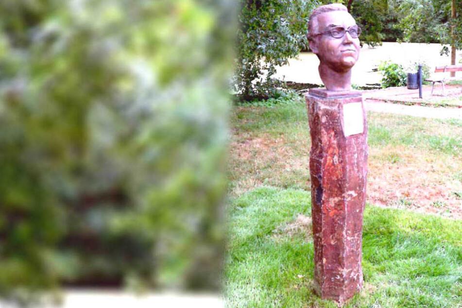 Von einer Stele im Park wurde eine Bronzebüste geklaut.