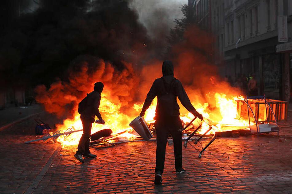 Demonstranten und Polizisten lieferten sich Straßenschlachten. (Symbolbild)