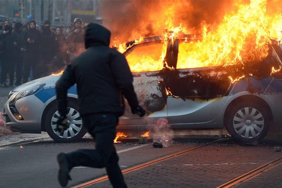 """Bei den """"Blockupy""""-Protesten in Frankfurt wurde auch ein Polizeiwagen angezündet."""