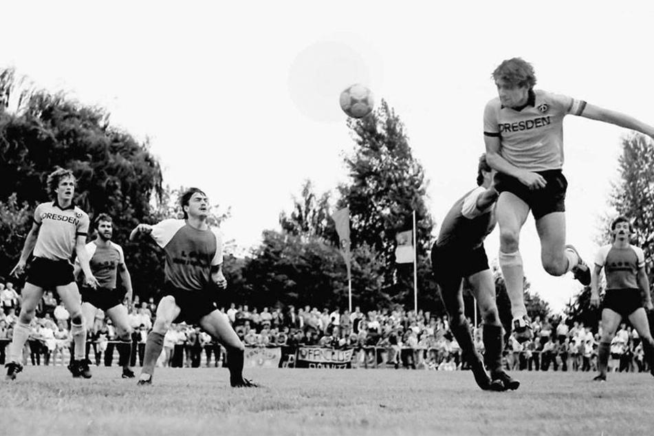 Wenn Ralf Minge (r., hier 1987 in  einem Pokalspiel gegen Lok Zwickau) vorm gegnerischen Tor zum Kopfball  hochstieg, dann klingelte es meist im Kasten.