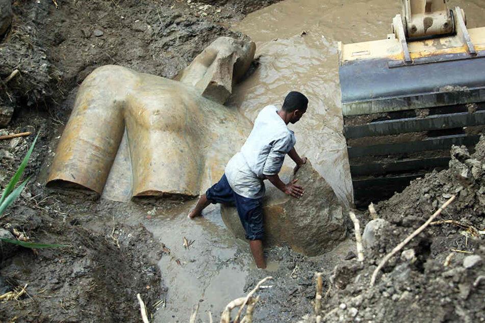"""Dieses riesige Pharaonen-Statue wurde in Kairo entdeckt. Höchstwahrscheinlich handelt es sich um """"Ramses""""."""