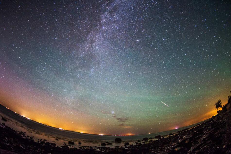 Viele Sternschnuppen wie hier direkt neben der Milchstraße sind in den kommenden Nächsten zu sehen.