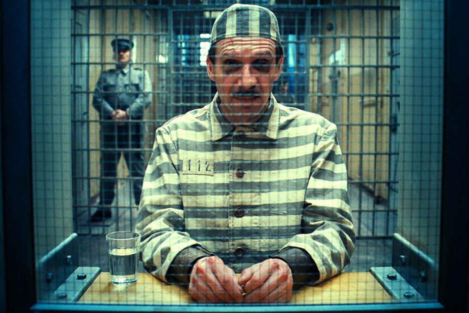 """Auch Hauptdarsteller Ralph Fiennes musste für das """"Grand Budapest Hotel"""" in Zittau einsitzen."""