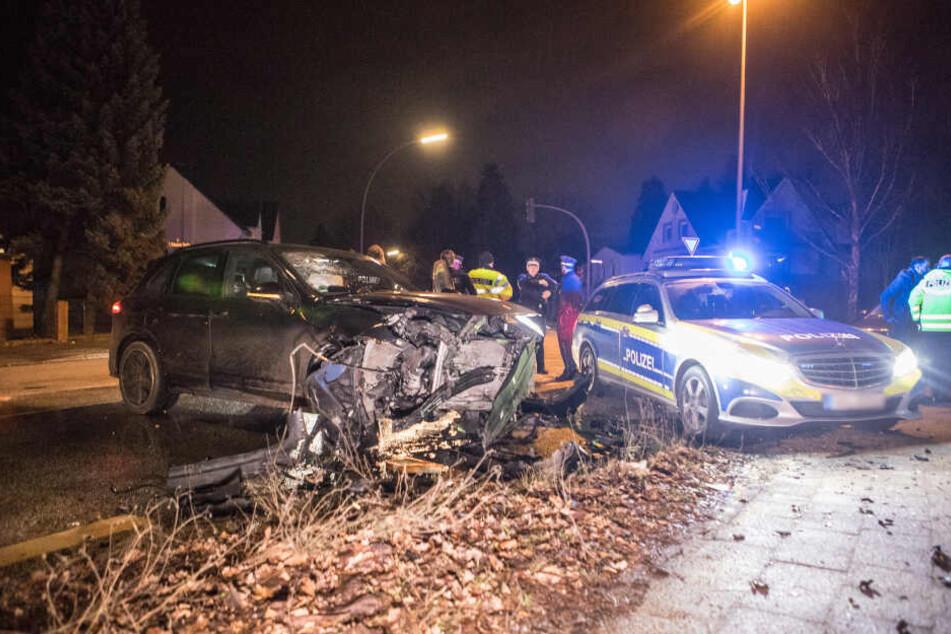 Die Polizei sicherte den Unfallort rund um die beschädigten Fahrzeuge ab.