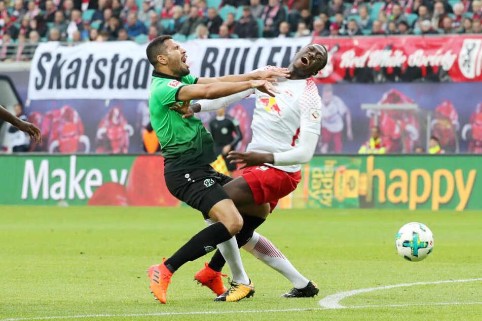 Hannovers Jonathas (li.) und Leipzigs Ibrahima Konaté prallen bei einem Zweikampf zusammen. Die Bundesliga ist halt kein Kindergeburtstag.