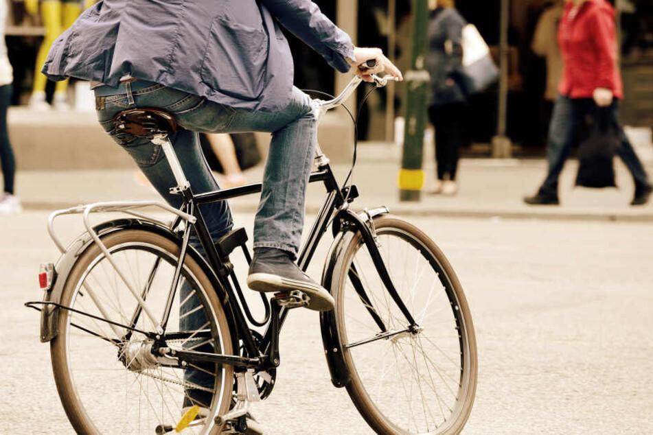 Der Radfahrer flüchtete nach dem schweren Zusammenstoß. (Symbolbild)