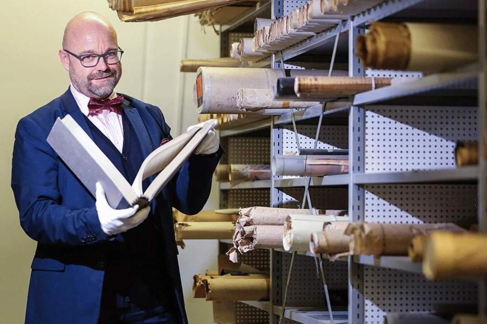 """Geheime Akten, längst vergessene Dokumente, einzigartige Fotos aus acht Jahrhunderten Stadtgeschichte: Amtsleiter Thomas Kübler (51) enthüllt erstmals die verborgenen """"Schätze"""" aus dem Stadtarchiv."""