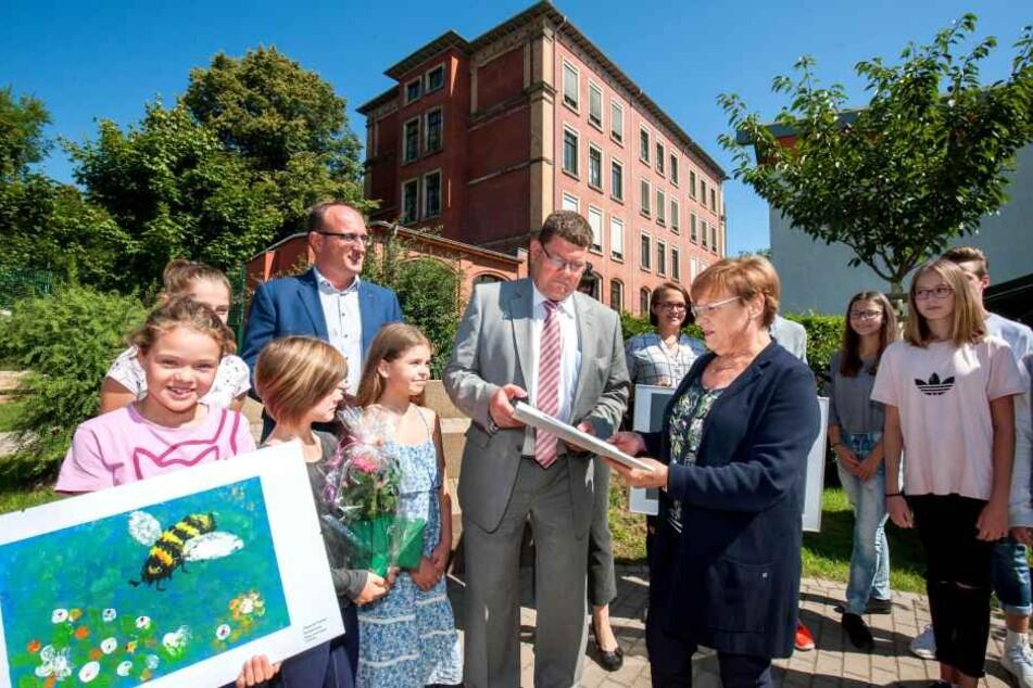Kultusministerin Brunhild Kurth (63, CDU) überreicht Schulbürgermeister Philipp Rochold (55, parteilos) einen Fördermittel-Scheck über 603 000 Euro für die Untere und Obere Luisenschule.