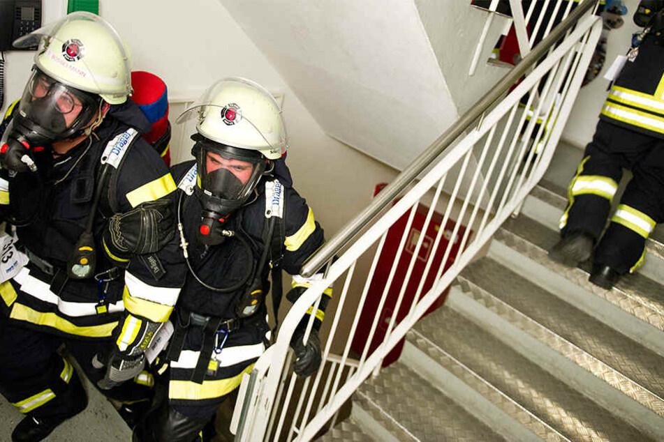 """Feuerwehrmänner rennen beim Berliner """"Firefighter Stairrun"""" die Treppen des Park Inn Hotels in Berlin hinauf."""