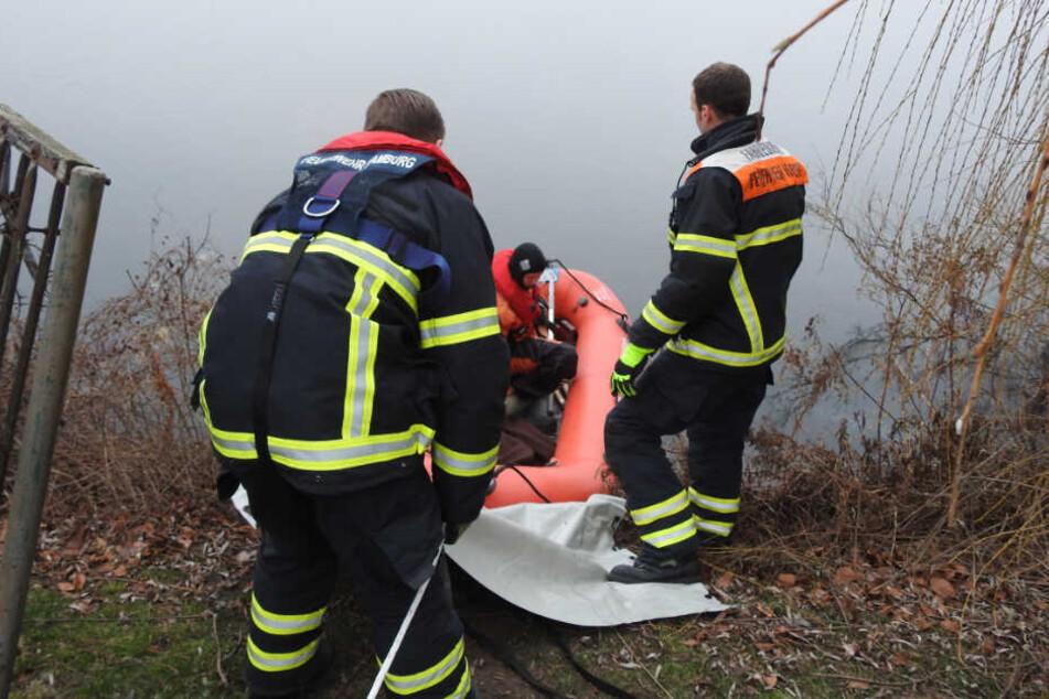 Die Feuerwehr ließ ein Boot zu Wasser um die Schwäne zu retten.