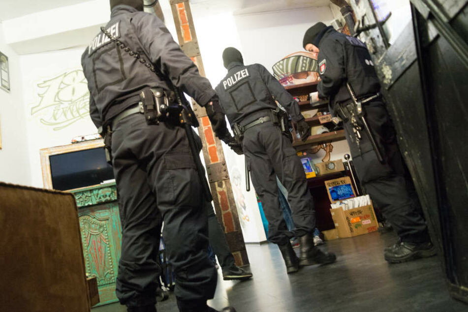 Bei einer Razzia durchsuchen Polizisten den Fan-Shop der 187 Strassenbande. (Archivbild)