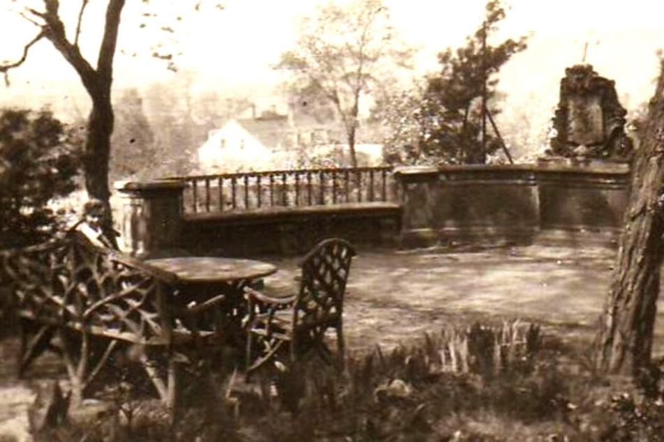 Der umgesetzte Brücken-Balkon im Grundstück in Trachenberge. Inzwischen wurde er saniert, steht aber im Park an anderer Stelle. Grund: Der hier gezeigte Blick ist inzwischen durch ein Haus aus der Nachwendezeit verbaut.
