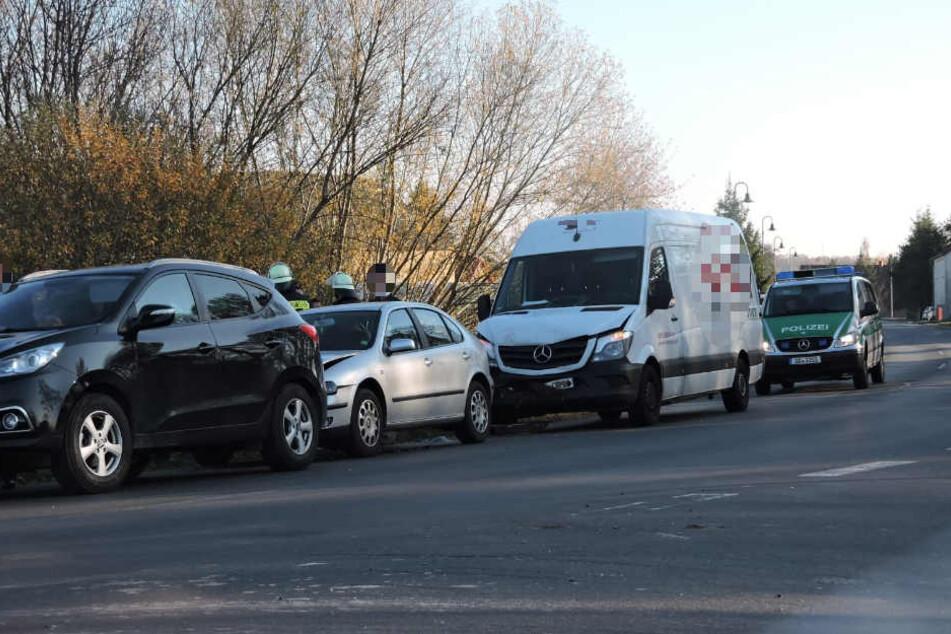 Transporter übersieht Abbiegevorgang: Drei Fahrzeuge ineinander geschoben