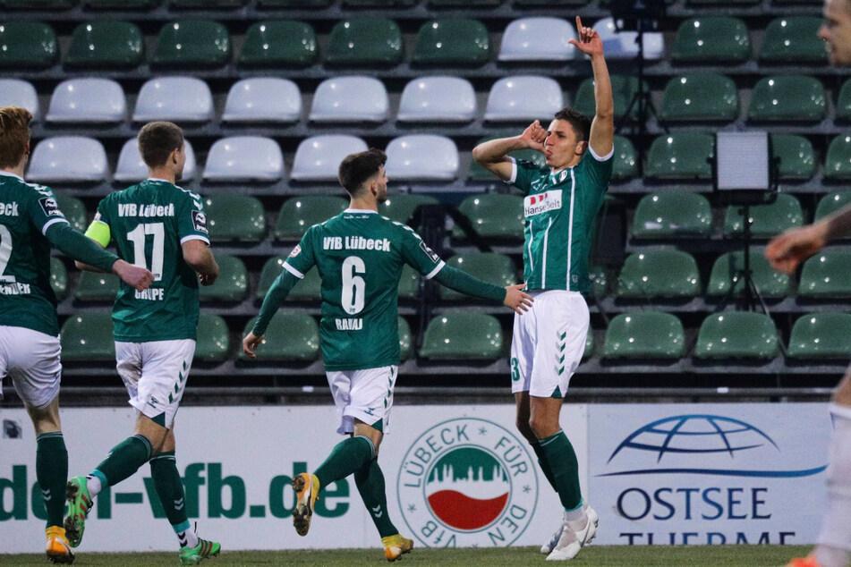 Soufian Benyamina (r.) beschenkte sich einen Tag nach seinem 31. Geburtstag selbst und köpfte den VfB Lübeck gegen seinen Ex-Klub FC Hansa Rostock zum ganz wichtigen Heimsieg.