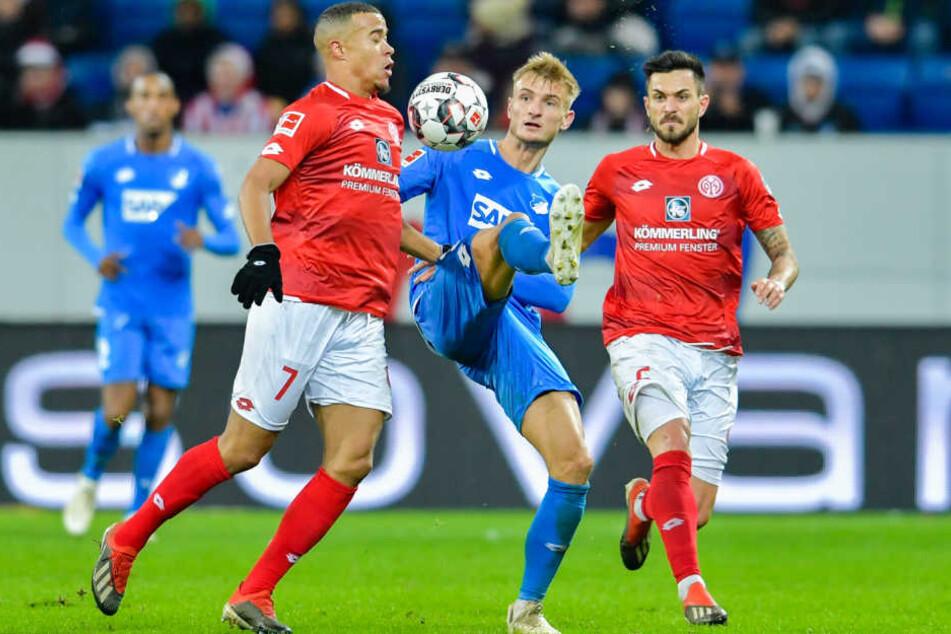 Robin Quaison (links) und Hoffenheims Stefan Posch kämpfen um den Ball.