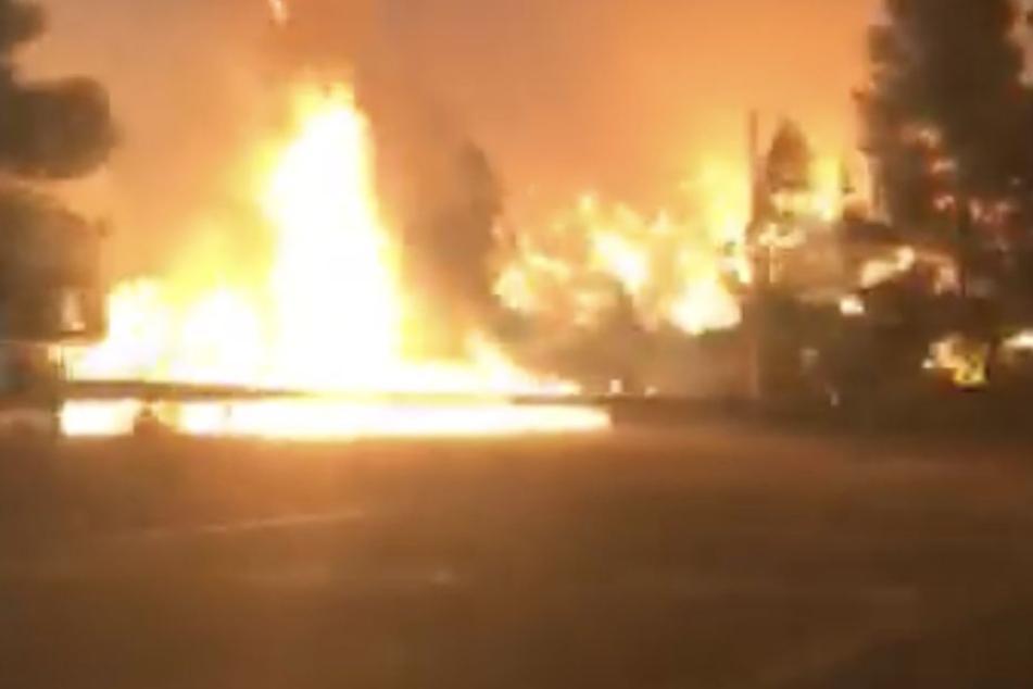 Eine Frau filmt aus dem Auto heraus die Fahrt durch die Feuerhölle.